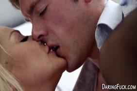 فاتنة قرنية التدليك بوسها ويحصل على النشوة الجنسية.