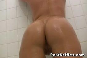 فاتنة الساخنة يأخذ حماما ثم تمتص الديك مع الانتهاء من الوجه كبيرة.