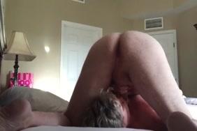 صديق الزوج يمارس الجنس مع الزوجة الكلب على الأريكة.