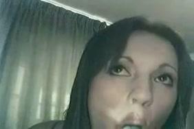 فتاة في سن المراهقة تلعب مع ثقب الحمار وجمل على كاميرا ويب.