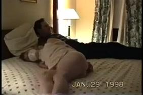 فتاة صغيرة تحصل مارس الجنس أثناء وجود الوالدين في غرفة النوم.