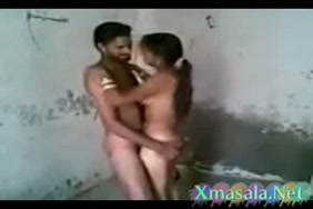 زوجين شابين يمارسان الجنس في الحمام.