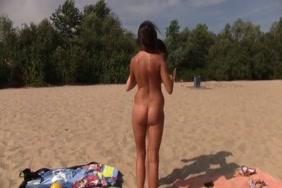العراة الجنس الشاطئ وفي الهواء الطلق عارية في سن المراهقة في الأماكن العامة الساخنة.