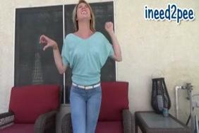التبول في الجينز وارتداء سراويل داخلية.