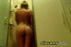 ابنتي في الحمام يستمني على كاميرا الويب.