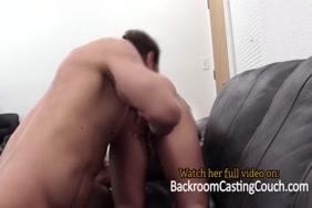 مارس الجنس مع فتاة سوداء على الأريكة.