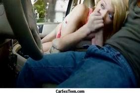 سخيف صديقي في السيارة في منزلها. إنها تريد أن تمارس الجنس.