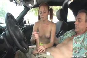 في سن المراهقة قرنية يستمني في سيارتها الجديدة.
