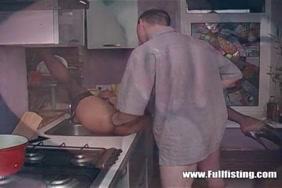 الزوج يهز أمام زوجته.