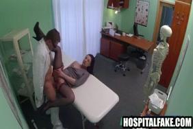 امرأة سمراء فاتنة وصديقها ممارسة الجنس الحميم.