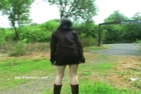 امرأة سمراء فاتنة مع الحمار الداعر كبيرة في الأماكن العامة.